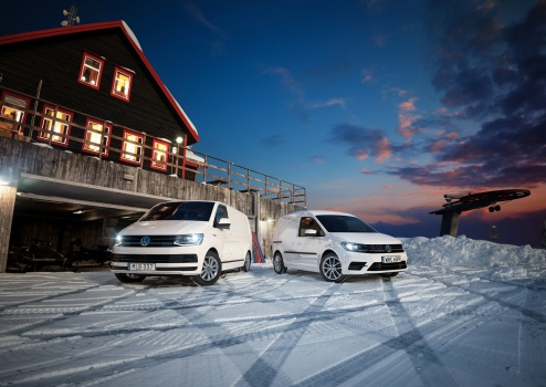 Volkswagen Caddy and Transporter at the top of the snowy mountain, at the topcabin cottage, in the winter night. Amarok, crafter vw, Fjällen vinter snö skidor lift toppstuga